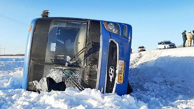 Qaldırıcı kran sərnişinlə dolu avtobusa çırpıldı - VİDEO