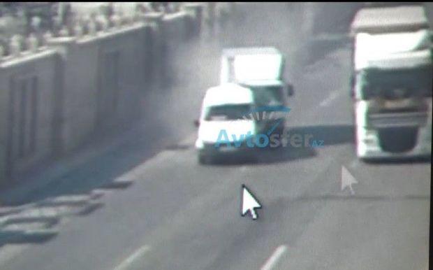 Bakıda sürücü sükan arxasında yatdı: Sərnişin dolu mikroavtobusa çırpıldı - ANBAAN VİDEO