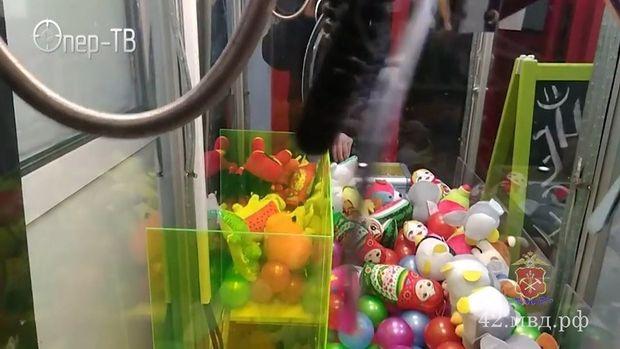 Oyuncaq aparatını sındırıb, içindəkiləri uşaqlara payladı - VİDEO