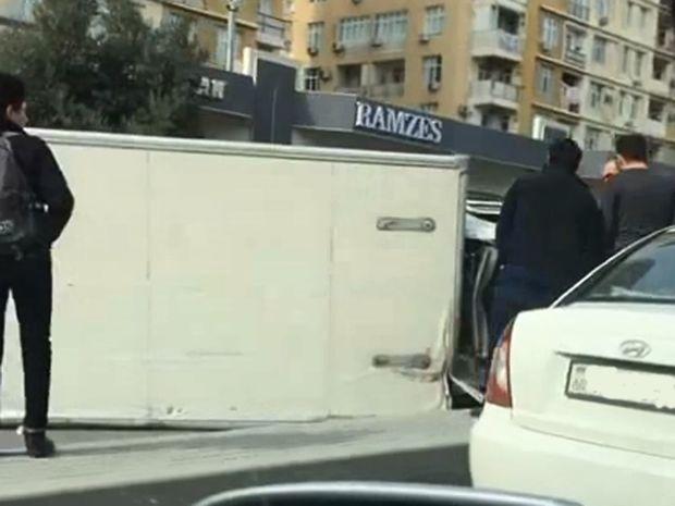 Bakıda ağır qəza: Dörd avtomobil toqquşdu, yük maşını aşdı - VİDEO