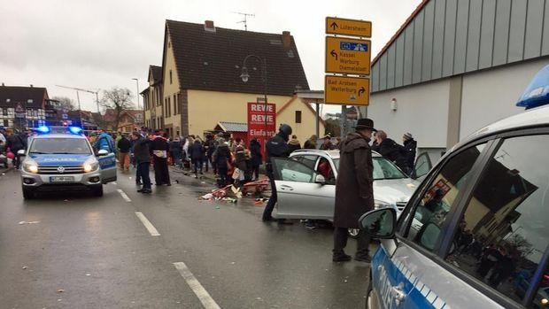 Almaniyada sürücü avtomobili piyadaların üstünə sürüb: 61 yaralı var