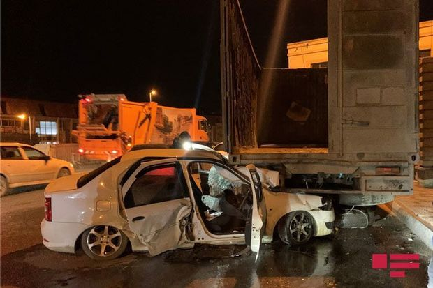 """Bakıda minik avtomobili """"KamAz""""a çırpıldı, bir nəfər ağır yaralandı"""